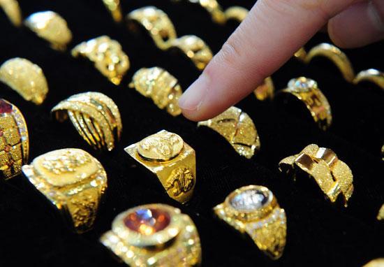 الذهب يواصل الانخفاض محلياً