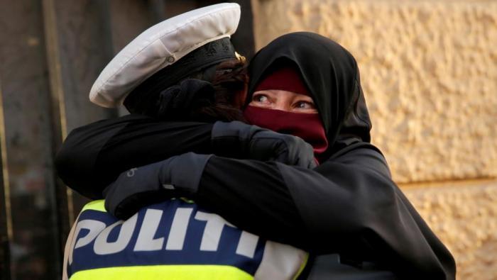 في الدنمارك.. شرطية احتضنت منتقبة فحولت للتحقيق