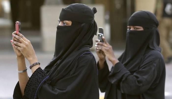 موظفه سعودية تتعري امام الكميرات