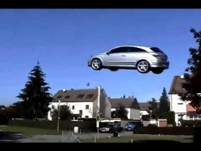 بالفيديو.. سيارة ( مجنونة ) تطير في الهواء