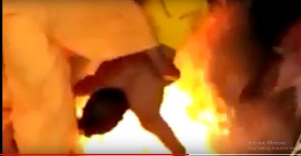 بالفيديو .. لحظة حرق رجل مُعاق حياً من قبل مجموعة مشعوذين