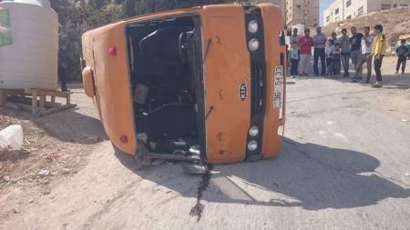 بالصور ... 12 اصابة بتدهور حافلة مدرسة بينهم 10 طلاب في عمان