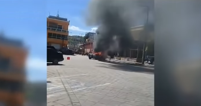 بالفيديو .. غاضبون يقتحمون مركزاً للشرطة ويحرقون متهميْن بخطف أطفال