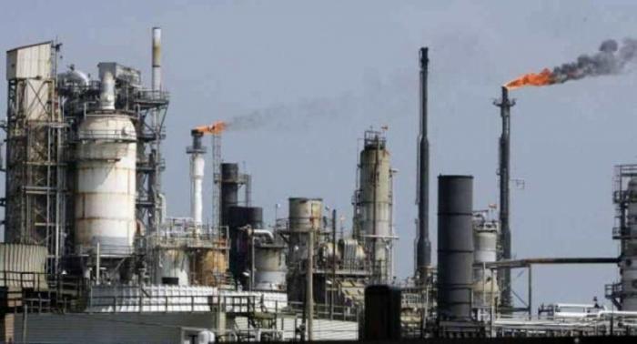 النفط يهبط مع خفض توقعات النمو والأنظار على إعصار أمريكي