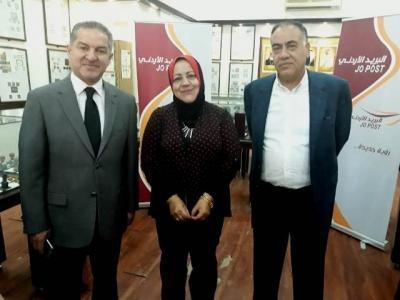 معالي الروسان يكرم مديرة مكتب البريد الأردني التابع لجامعة عمان الأهلية