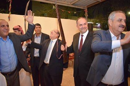صورة وزير العدل وهو يحمل بندقيه تثير مواقع التواصل