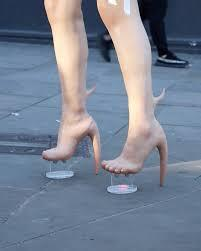 حذاء غريب.. بقرن شيطانيّ وثمن باهظ!