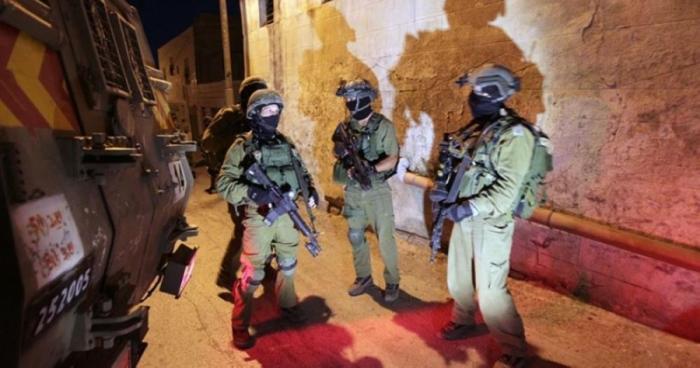 حملة اعتقالات واسعة تطاول 24 فلسطينيا