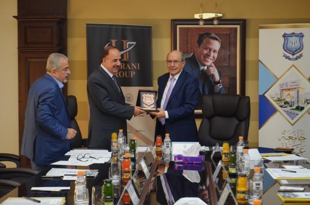 جامعة عمان الأهلية تكرم عضو مجلس أمنائها