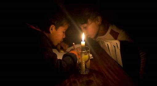 قطر تبدد ظلام غزة بتوفير وقود الكهرباء