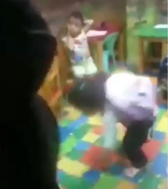 فيديو يفطر القلب .. تعذيب طفلة في حضانة بمصر