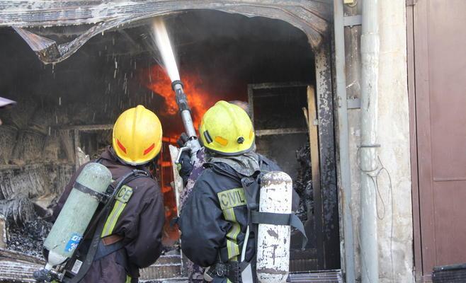 الدفاع المدني يخمد حريق محل حدادة بمنطقة حواره في اربد