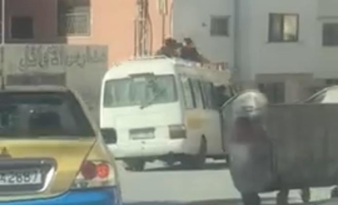 ضبط سائق حمّل ركابا على ظهر الحافلة في محافظة الزرقاء