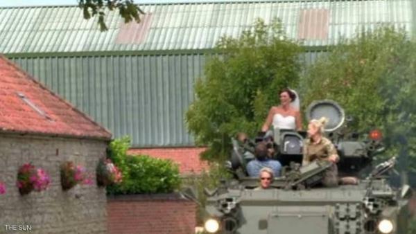 زفاف حربي .. عروس تُزف على متن دبابة