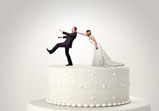 مصوّر يضرب العريس في حفل زفافه