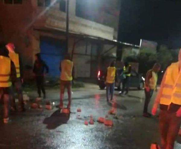 اربد.. محتجون يرتدون سترات صفراء يغلقون الطريق الرئيسي بالإطارات المشتعلة