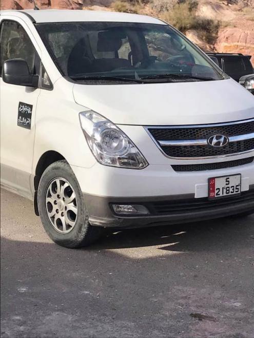 سيارة حكومية مقابل أجرة لنقل أدلاء السياحة في البترا!