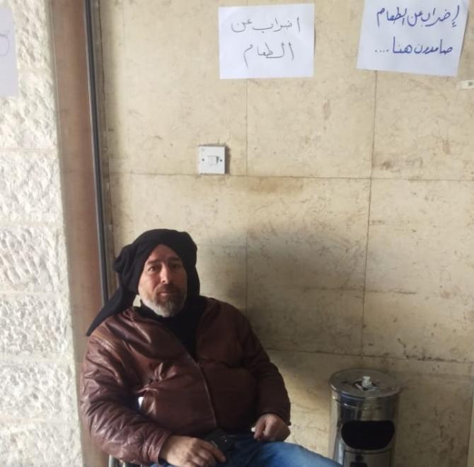 موظف في بلدية اربد يضرب عن الطعام