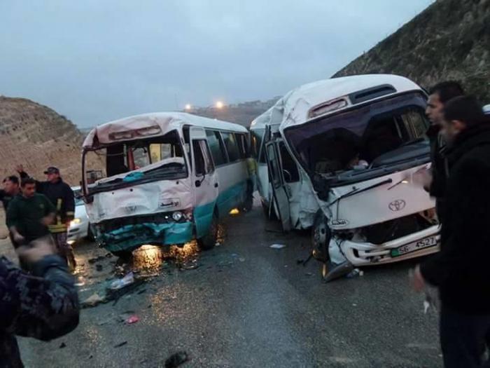 اصابة 14 شخصاً بتصادم حافلتين بالزرقاء