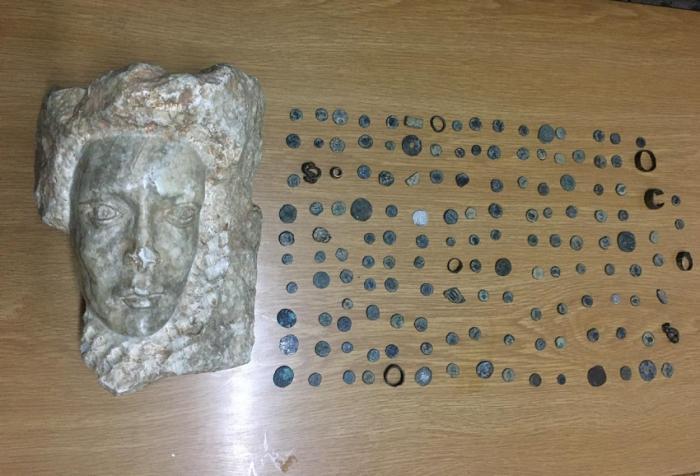 القبض على شخص بحوزته تمثال حجري و١٤٣ قطعة أثرية