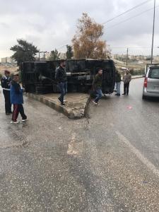 انقلاب مركبة على طريق اوتوستراد عمان - الزرقاء