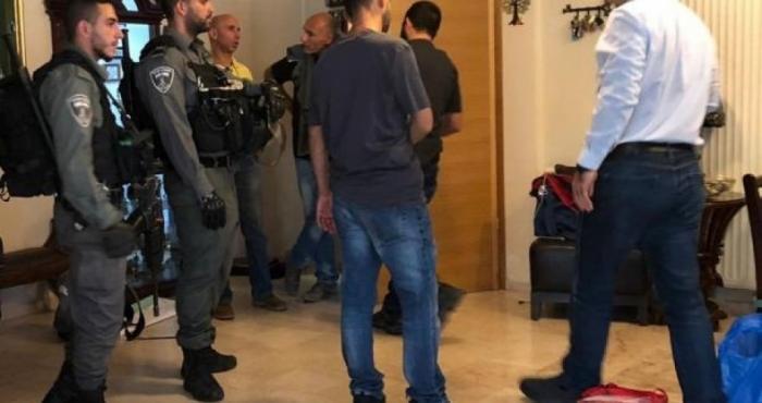 الاحتلال يجبر وزير فلسطيني على ارتداء كمامة ملوثة بالدماء