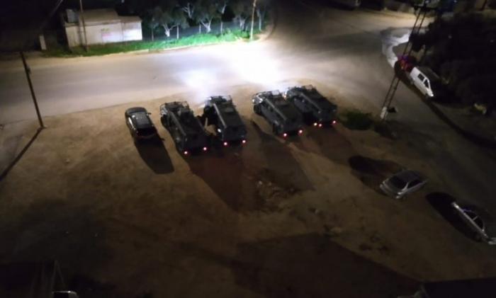 بالفيديو .. لحظة القبض على 16 شخصا داخل مزرعة بالرمثا