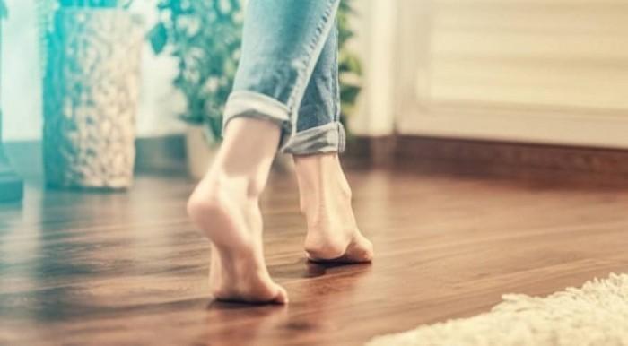 خبيرة بريطانية تنصح بإبقاء الأقدام حافية في المنزل... لماذا؟!