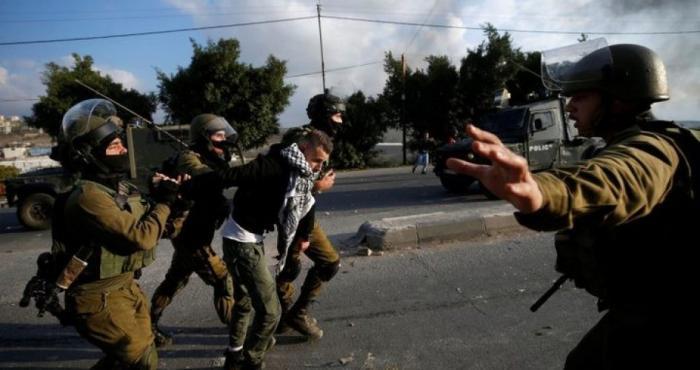 اعتقالات تطال 8 مواطنين في الضفة بينهم مصاب