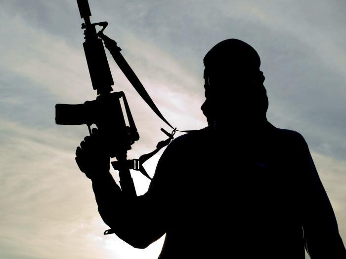 القبض على أشخاص مسلحين داخل شركة في الرصيفة (فيديو)