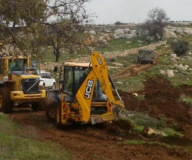 الاحتلال يجرف أراضي في خربة زنوتا وواد الجوايا جنوب الخليل