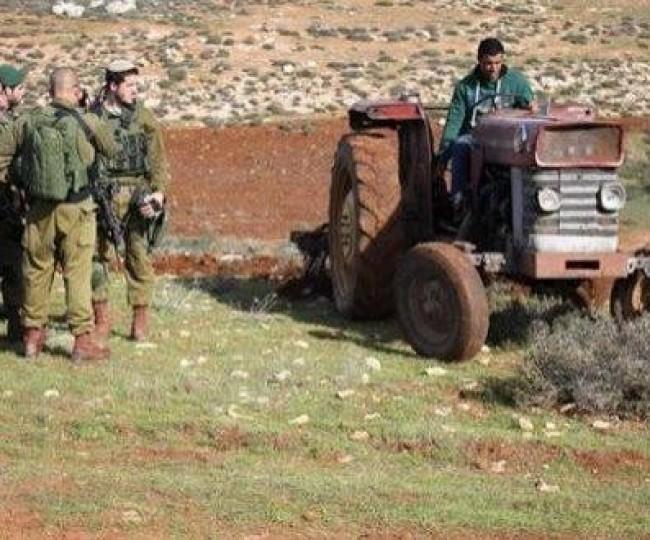 جنود الاحتلال يجبرون مزارعين بالقوة على مغادرة ارضهم شمال الخليل