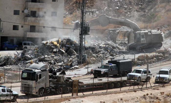 الاحتلال يهدم أساسات منزل ويردم بئرا شمال الخليل