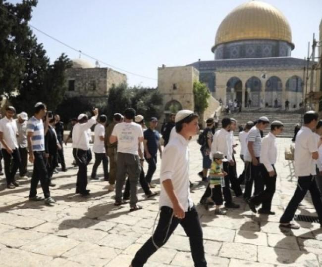مستوطنون وعناصر مخابرات الاحتلال يقتحمون باحات الأقصى