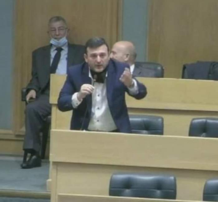 نائب يطلب من زملائه أن يصفقوا له