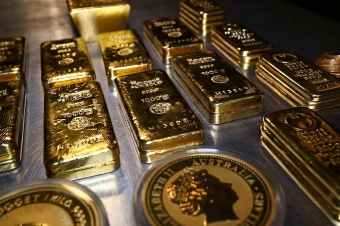 أسعار الذهب تنخفض عالميا بعد أن بلغت أعلى مستوى في 8 أسابيع