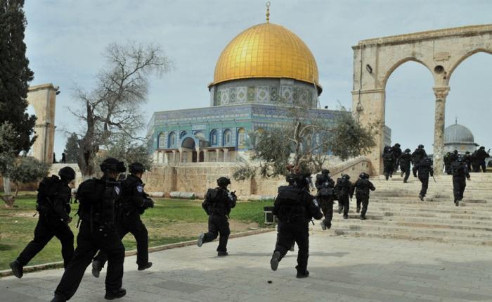 مستوطنون يقتحمون باحات الأقصى بحماية قوات الاحتلال