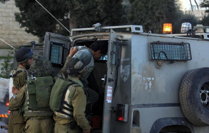 الاحتلال يعتقل عددًا من المواطنين خلال مداهمات بالضفة والقدس