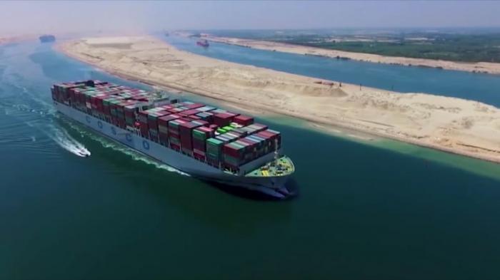 النفط ينزل مع بدء تحريك سفينة الحاويات الجانحة