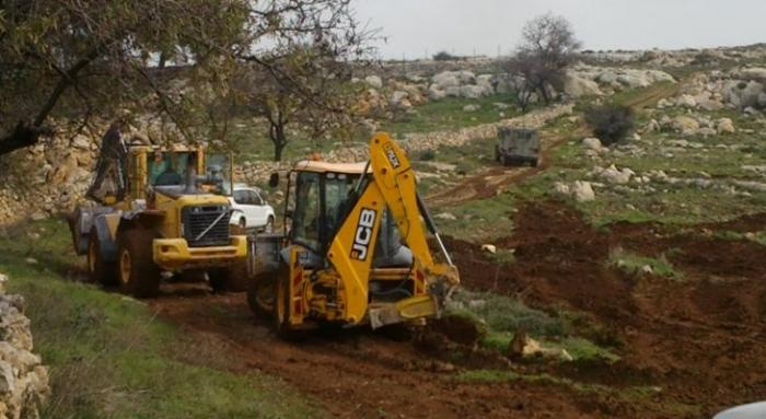 مستوطنون يجرفون 25 دونمًا من أرضٍ زراعية شرق الخليل