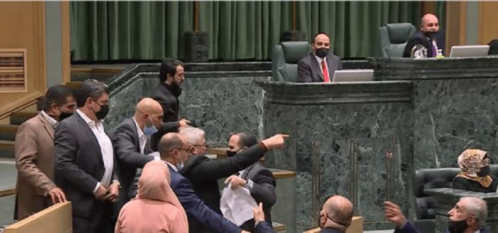 العودات يهدد أحد النواب بالتصويت على إخراجه من تحت القبة