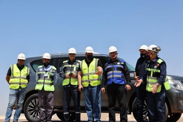 م. أبو هديب يفتتح العيادة الطبية في مصانع
