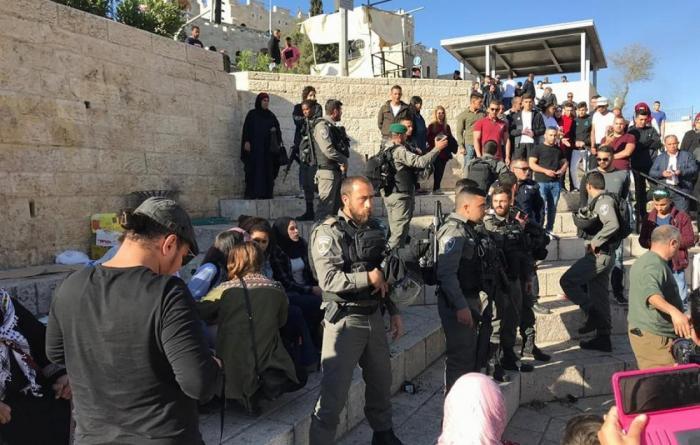 الاحتلال يعيد نصب السواتر الحديدية في باب العامود