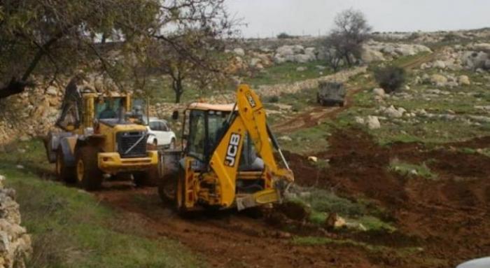 مستوطنون يجرفون أراضي المواطنين جنوب نابلس