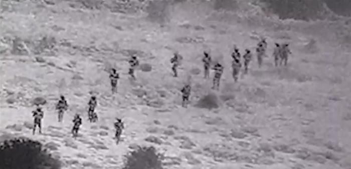 جنود اسرائيليون يدمرون نقطة عسكرية سورية