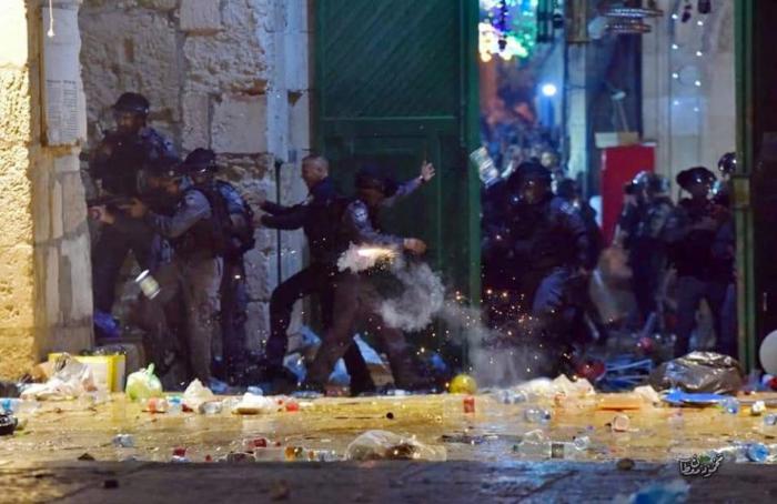 53 اصابة خلال اعتداء قوات الاحتلال على المصلين بالمسجد الاقصى