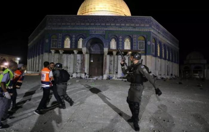 الاحتلال يعتدي على المصلين ويعتقل شابا ويصيب آخر في القدس