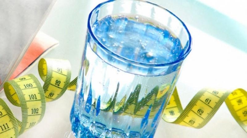 علماء يؤكدون أن الماء يساعد في القضاء على السمنة