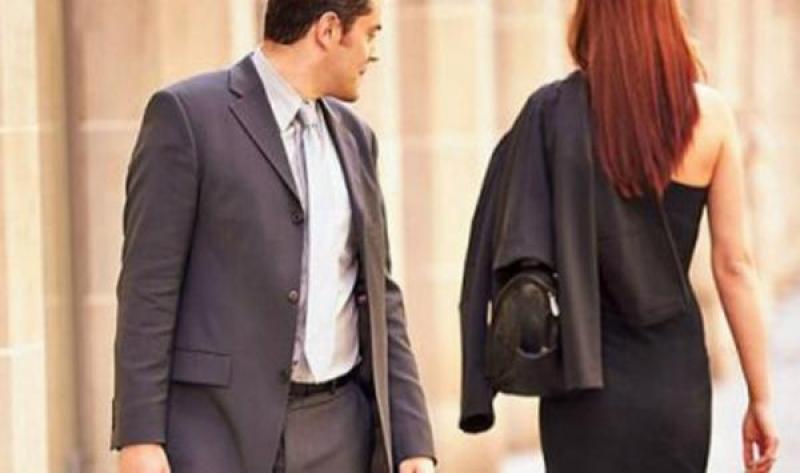 باحث يكشف سلاح المرأة لجذب الرجل!
