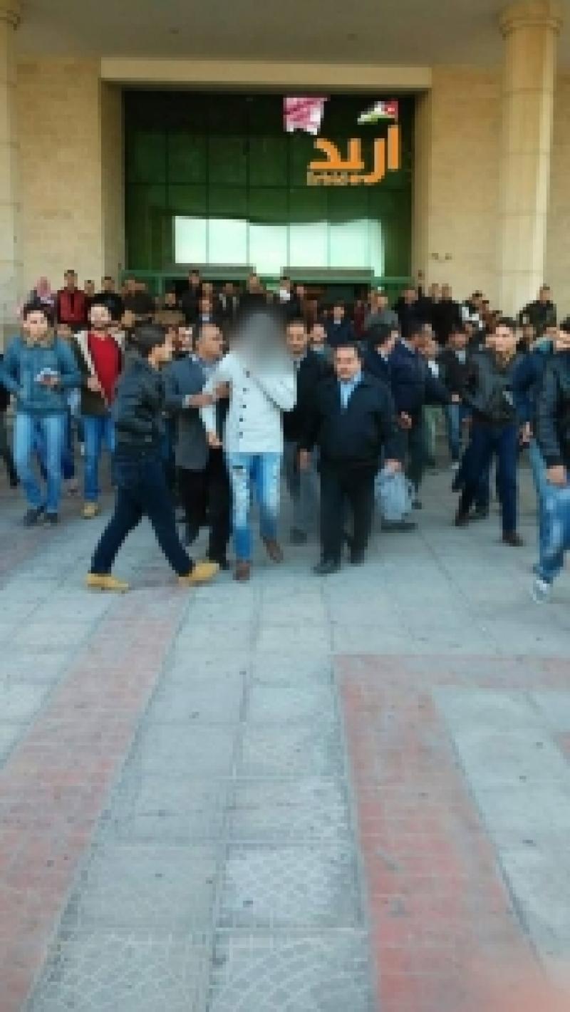 بالصورة .. شاذ يرتدي ( فيزون وحذاء ستاتي ) يثير فوضى في جامعة اليرموك !!